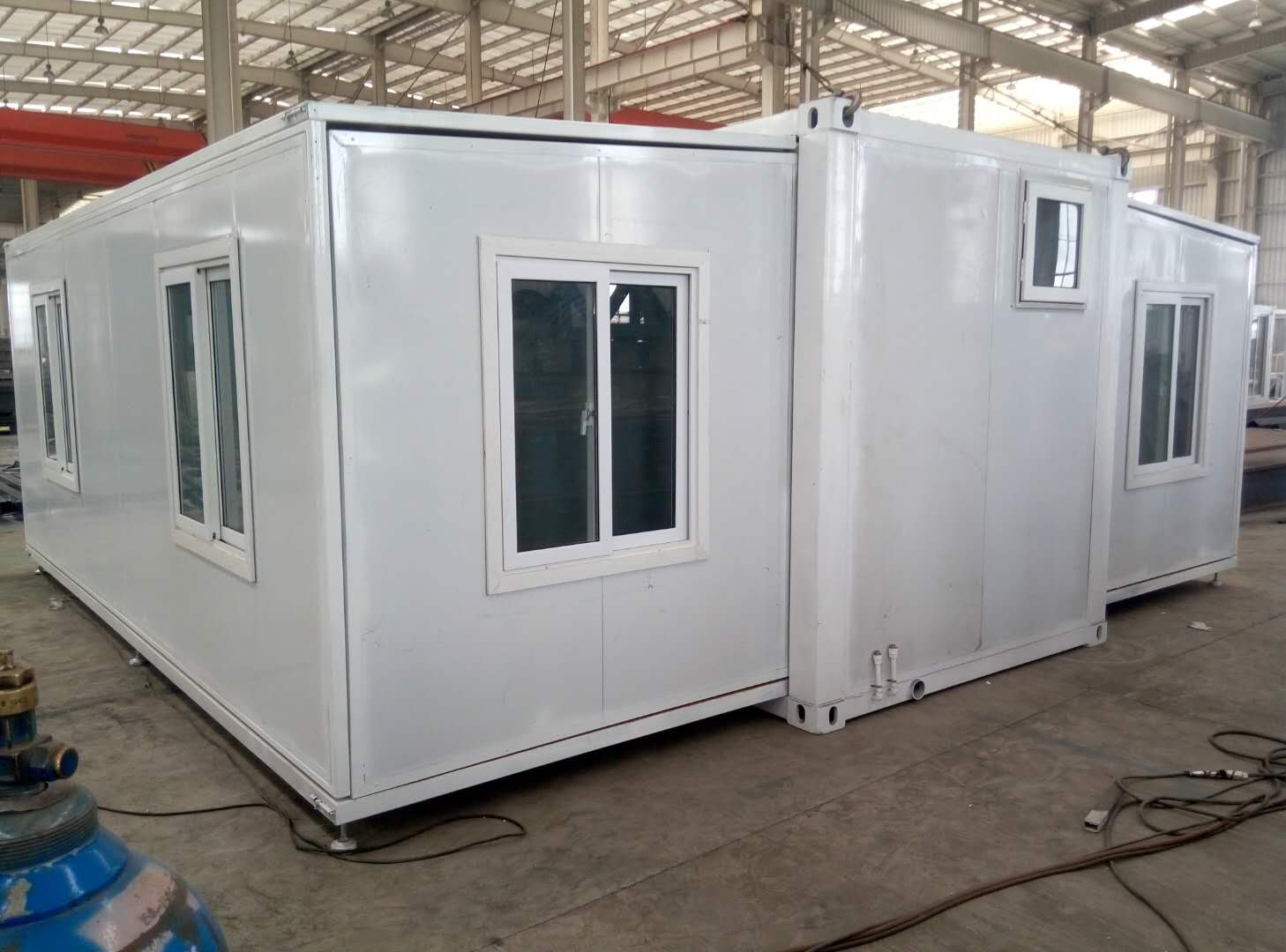 Expandable container house made by  sandwich panel-L